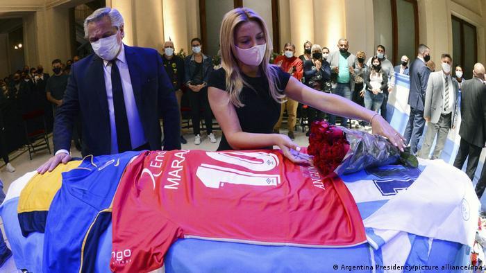 Fernández y su mujer, ante el féretro de Maradona.