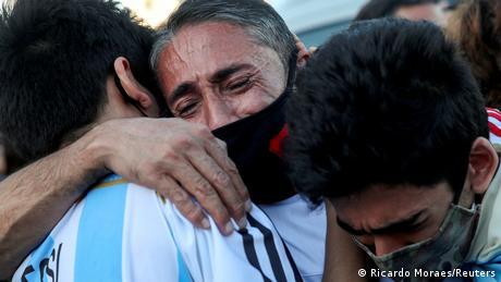 Gente llora por Maradona