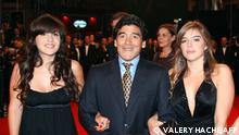 Diego Maradona mit Töchtern Giannina (L) und Dalma