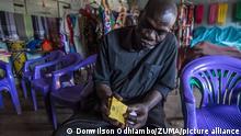HIV AIDS in Afrika | Kenia Nairobi Infizierter mit Medikament
