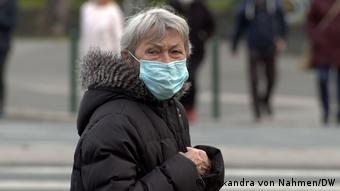 Маска - одно из средств защиты от коронавируса