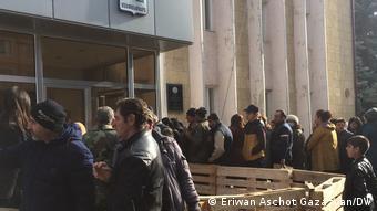 Біженці біля мерії Степанакерта
