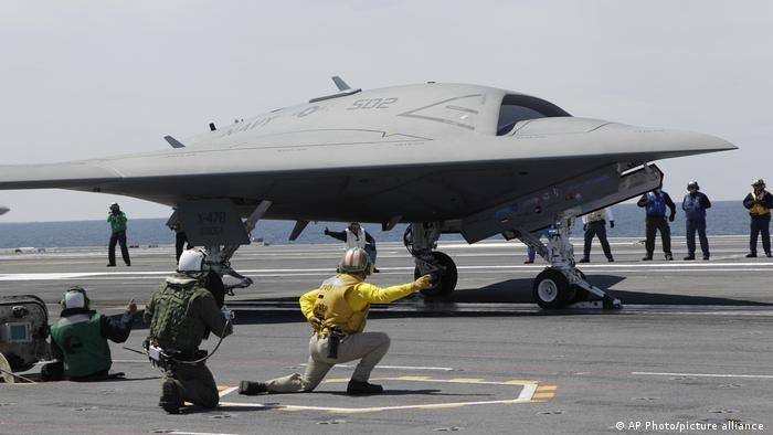 از سری B این پهپاد رادار گریز در سال ۲۰۱۱ رونمایی شد و در اختیار نیروی دریایی آمریکا قرار گرفت. این پهپاد بیش از ۱۱ متر طول، با بالهای باز نزدیک به ۱۹ متر عرض و بیش از سه متر ارتفاع دارد. این پهپاد تا ارتفاع ۱۲ هزار و ۱۹۲ متری و شعاع ۲ هزار و ۷۷۰ کیلومتر پرواز میکند، میتواند در آسمان بصورت خودکار سوختگیری کند و قابلیت حمل ۲ هزار ۴۵ کیلوگرم سلاح را دارد.