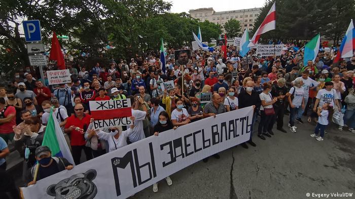 На акциях протеста 2020 года в Хабаровске часто видны бело-красно-белые белорусские флаги