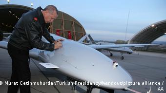 Ο Ερντογάν βάζει την υπογραφή του σε τουρκικό μη επανδρωμένο αεροσκάφος