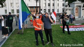 Участники акции протеста в Хабаровске с флагами Хабаровского края и протестного движения в Беларуси