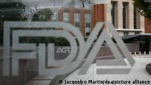 ARCHIV - 02.08.2018, USA, Silver Spring: Der Sitz der US-Behörde für Lebens- und Arzneimittel (FDA) ist hinter einer Scheibe mit dem Logo der Behörde zu sehen. Die FDA hat erstmals einen Corona-Test für den Hausgebrauch zugelassen. (zu dpa: «US-Arzneimittelbehörde erteilt Corona-Test für Hausgebrauch Zulassung») Foto: Jacquelyn Martin/AP/dpa +++ dpa-Bildfunk +++ |