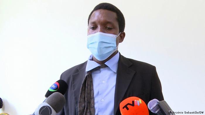 Deputado da FRELIMO, Lino Massunguine, mostra como ficou a sua gravata após ter sido agredido pelo colega do MDM