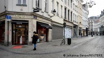 Женщина в маске на улице в Брюсселе, 27 ноября