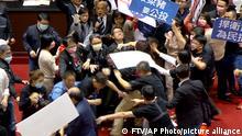 Taiwans Parlamentsprotest mit Schweinefleisch