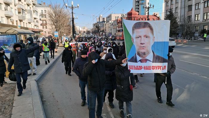 Шествие участников протеста в поддержку арестованного экс-губернатора Хабаровского края Сергея Фургала по центральным улицам Хабаровска, 28 ноября 2020 года