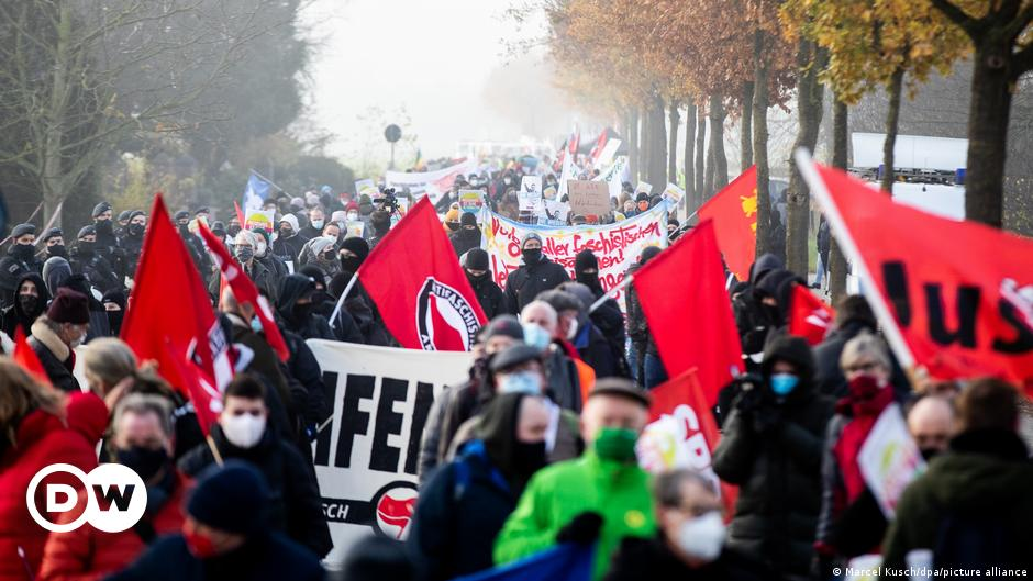Germany: Far-right AfD congress prompts anti-racism protest