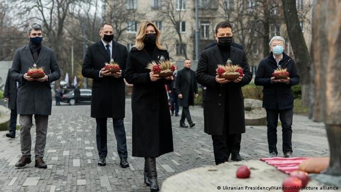 Олена та Володимир Зеленські (у центрі) під час вшанування пам'яті жертв Голодомору