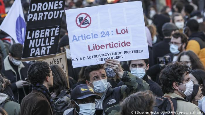 Учасники протесту у Парижі критикують статтю 24 законопроєкту: згубна для свободи