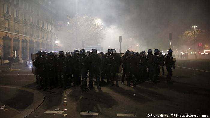 Policiais reunidos perto da Praça da Bastilha, onde a marcha terminou em Paris