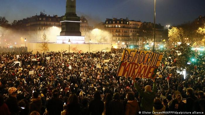 Franceses reunidos em protesto em Paris