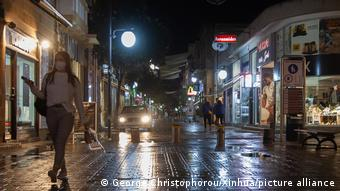 Прохожие на одной из улиц Никосии вечером