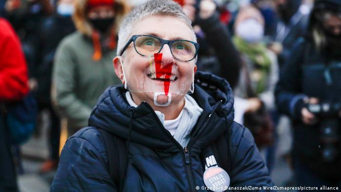 Учасниця акції проти заборони абортів у Варшаві 28 листопада