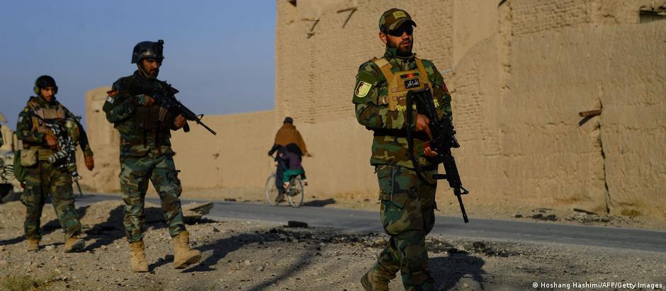 غزنی میں ایک افغان فوجی اڈے کو خودکش کار بم حملے کا نشانہ بنایا گیا