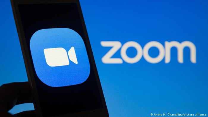 زوم برای ارتباط تلفنی، دورکاری، کنفرانسهای مطبوعاتی، جلسههای کوچک و بزرگ و آموزش از راه دور و روابط اجتماعی مورد استفاده قرار میگیرد. کاربران روزانه زوم از ۱۰ میلیون در دسامبر ۲۰۱۹ به ۲۰۰ میلیون نفر در ماه مارس ۲۰۲۰ رسیدند.