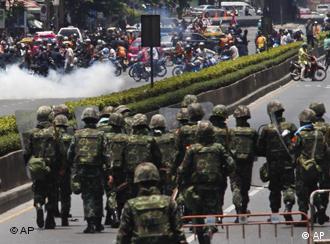 Thailändische Soldaten und Demonstranten stehen sich in Bangkok gegenüber (Foto: AP)