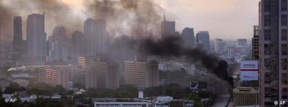 Eine Rauchwolke hängt am 15.05.2010 über dem besetzten Geschäftsviertel (Foto: AP)