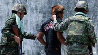 Thailändische Soldaten führen einen Mann ab (Foto: AP)