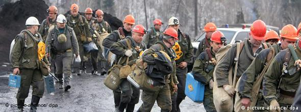 Miners prepare for the rescue operation at the entrance of the coal mine Ulyanovskaya near the town Novokuznetsk, Kemerovo region, Tuesday 20 March 2007. The latest reports say 106 people died in the Monday explosion in Ulyanovskaya mine. EPA/SERGEI ILNITSKY +++(c) dpa - Report+++***ACHTUNG: BILD NICHT FÜR CMS-FLASH-GALERIEN BENUTZEN!!!***