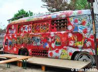 Ônibus no pátio do Tacheles