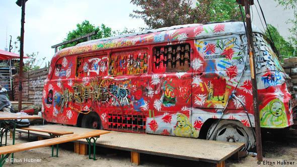 Bus im Hinterhof vom Tacheles