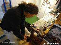 Artesão Pepe confecciona objetos decorativos