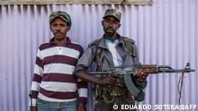 Zwei Mitglieder der Amhara-Miliz posieren mit Waffen