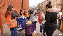 DW Vorschaubild für QMadrid - Madrid - Menschen stehen für Lebensmittelspenden Schlange