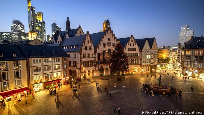 Frankfurt | Röemerberg Platz in the city center without a Christmas market