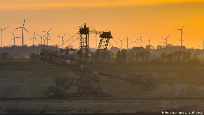منجم للفحم وفي الخلف مرارع لطاقة الرياح في ولاية شمال الراين ويستفاليا