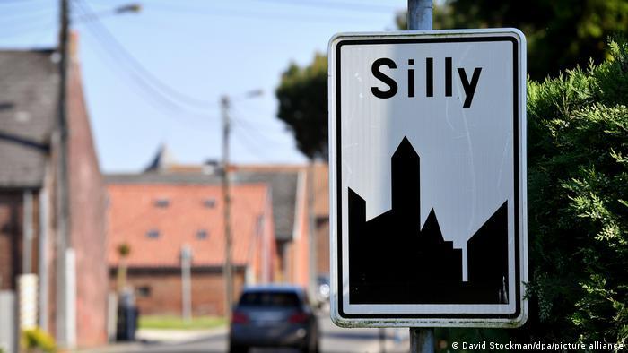 واژه Silly در زبان انگلیسی به معنای احمق است. در بلژیک شهری به این نام وجود دارد که البته نامش را از رودخانهای Sille وام گرفته است. این رودخانه در نزدیکی این شهر جریان دارد. گردشگران انگلیسیزبان که از این شهر دیدن میکنند، معمولا با تابلوی ورودی شهر یک عکس سلفی میاندازند.