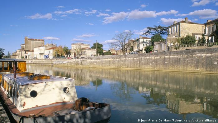 شهروندان شهر کندوم در فرانسه به نام خود افتخار میکنند و حتی در سال ۱۹۹۵ موزهای هم افتتاح کردهاند که به کاندوم اختصاص دارد. دست مریزاد! البته خود فرانسویان وقتی نام شهر کندوم را میشوند یا آرمانیاک میافتند؛ برندی یا کنیاکی مشهور که در این شهر تولید میشود. در کندوم یک موزه نیز به این مشروب پرطرفدار اختصاص یافته است.