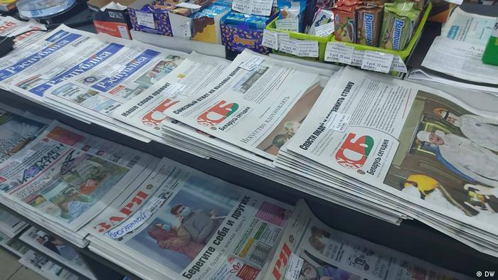 Разные белорусские газеты в газетном киоске