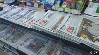 Газеты на прилавке газетного киоска