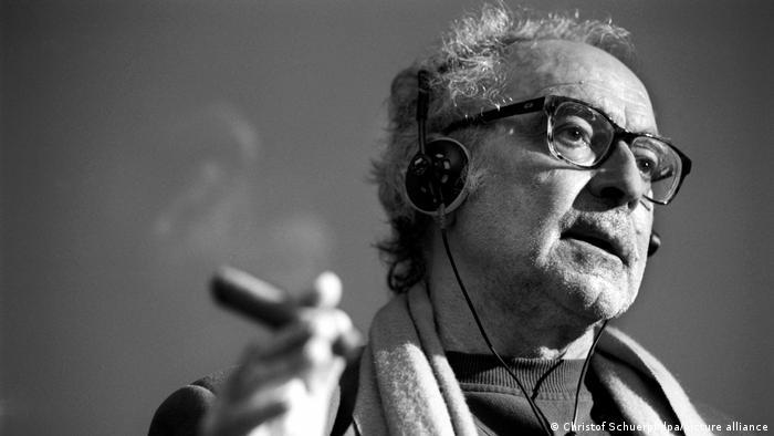Jean-Luc Godard, französisch-schweizerischer Filmregisseur, mit Brille und Zigarre.