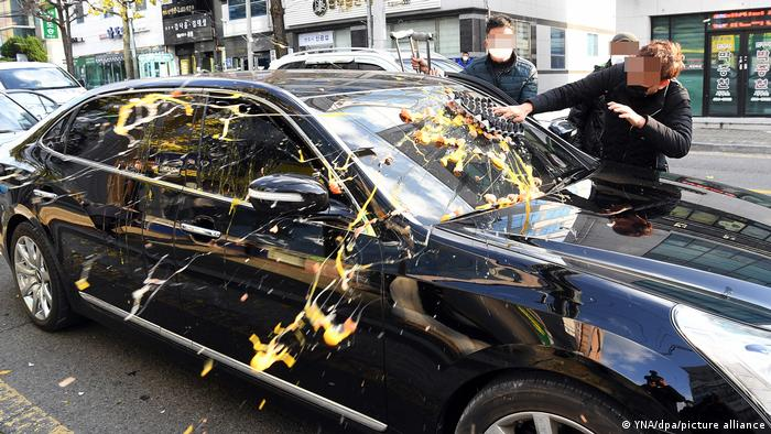 Chun Doo-Hwan's car gets egged by a passer-by