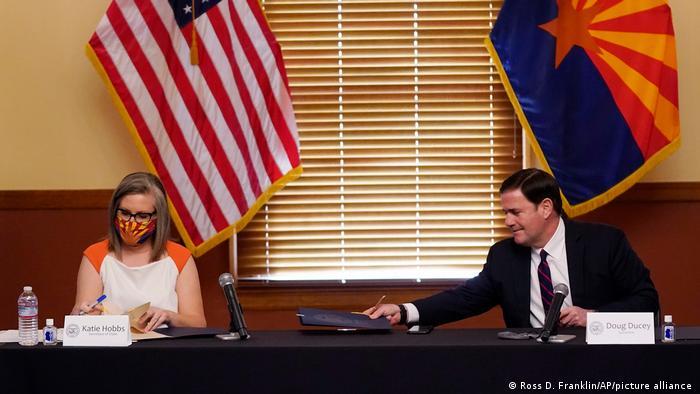 کتی هابس، ناظر انتخابات ایالت آریزونا و دوگ دویسی، فرماندار جمهوریخواه این ایالت. تایید نتایج انتخابات، ۳۰ نوامبر ۲۰۲۰