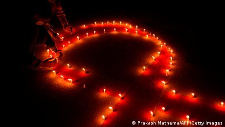 Na Svetski dan borbe protiv side, aktivisti u Katmanduu upalili su sveće i rasporedili ih u obliku crvene trake - u znak solidarnosti sa obolelima od AIDS-a.