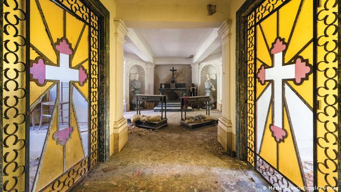 Interior de la cripta de una iglesia en Liguria, Italia. A izquierda y derecha pueden verse sendos mosaicos con una cruz inscrita en el centro.