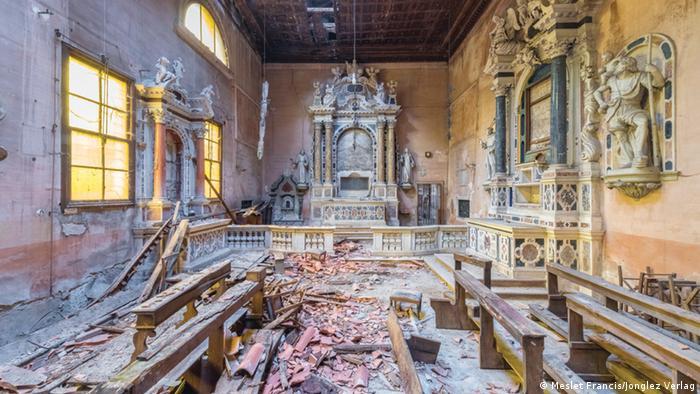 Deteriorado interior de una iglesia conventual en Umbría.
