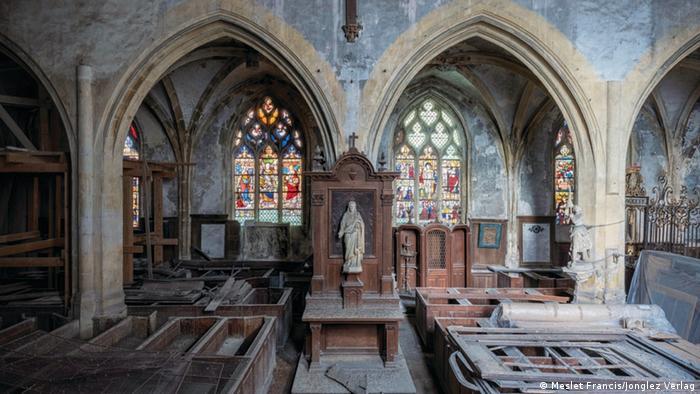Interior de una iglesia cubierta de polvo.
