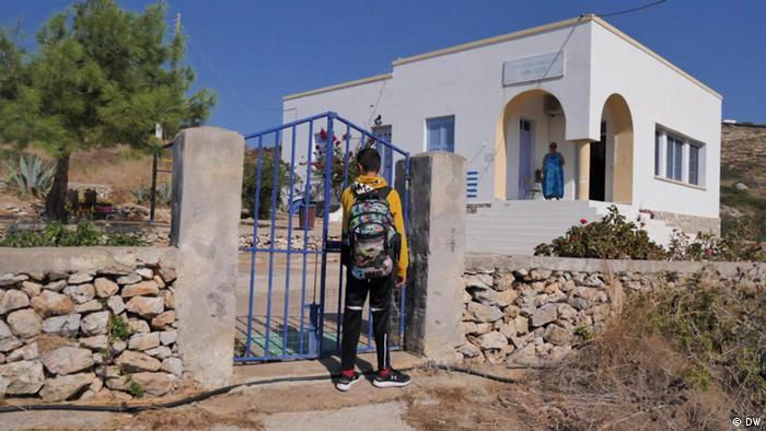 Самотній школяр на грецькому острові