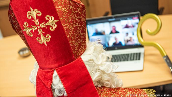 Nikolaus sitzt mit Mitra und Bischofsstab vor dem Laptop in einer Videokonferenz, Essen, Deutschland (dpa)
