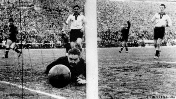 Der deutsche Torhüter Toni Turek (vorn) schaut dem in seinem Tor einschlagenden Ball hinterher (picture-alliance/ dpa)