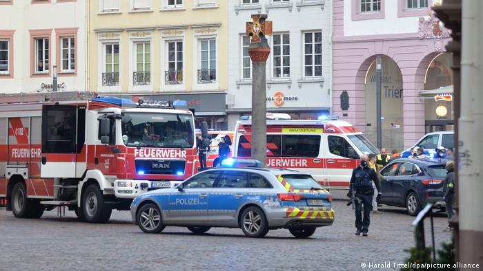 Viaturas de polícia e bombeiros no centro histórico de Trier